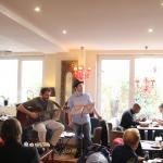 Brumepin à la guitare et Mickaël Landès à la voix