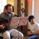 Brumepin à la guitare et à la voix